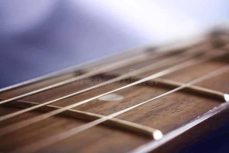 La guitare acoustique ficelle le macro photo stock