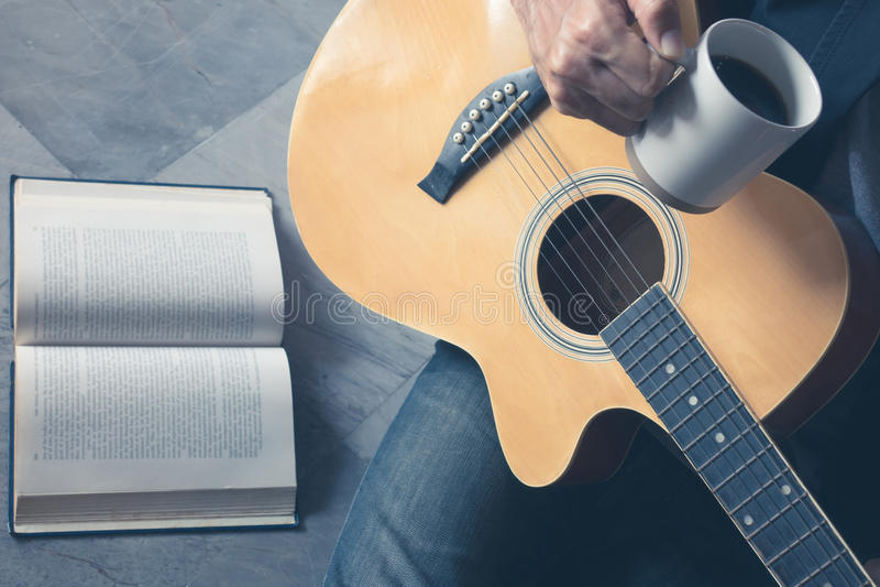La guitarra del juego del café escribe música de la canción imagenes de archivo