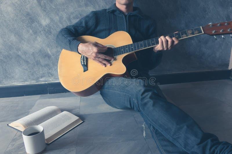 La guitarra del juego escribe la canción imagen de archivo