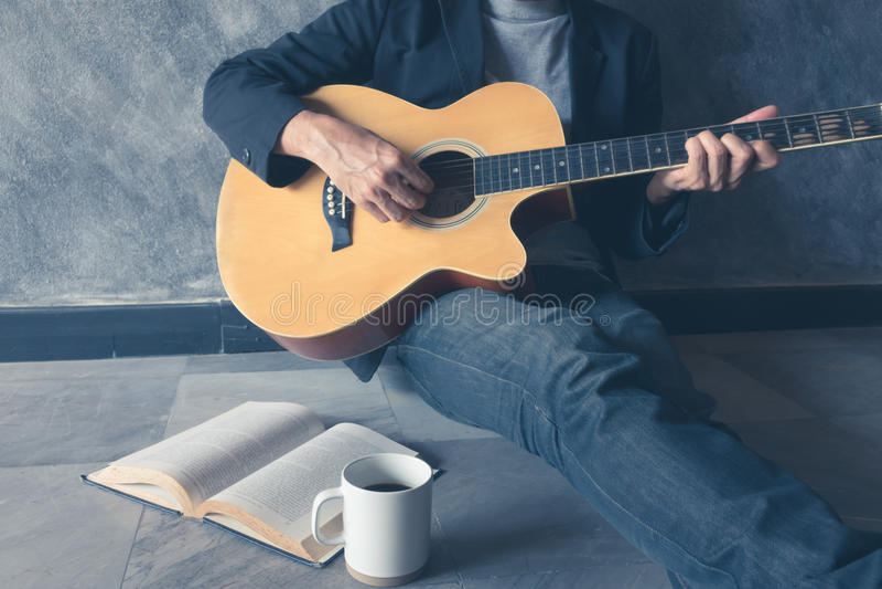 La guitarra del juego escribe la canción foto de archivo libre de regalías