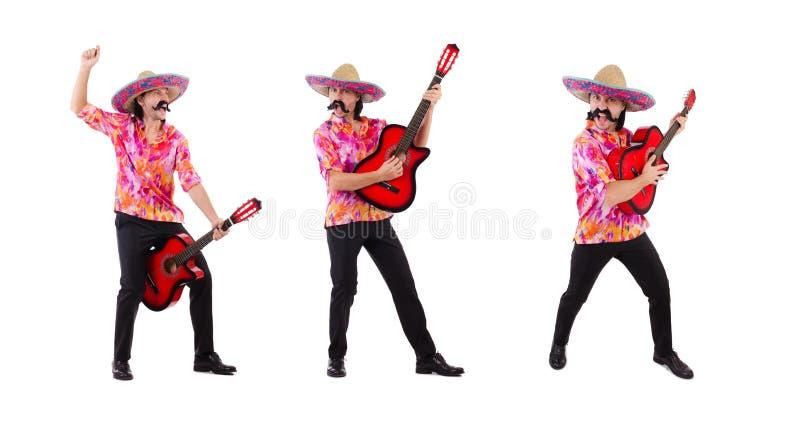 La guitarra que blande masculina mexicana aislada en blanco foto de archivo