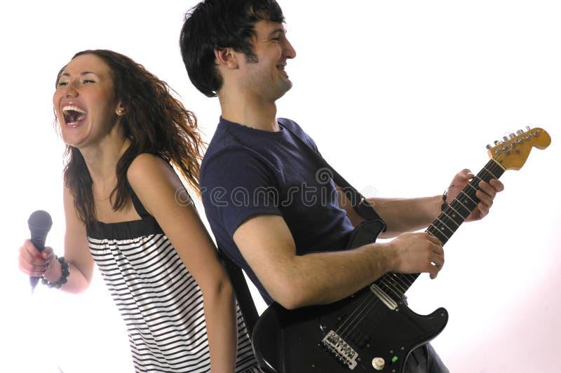 La guitarra y la mujer del hombre foto de archivo libre de regalías