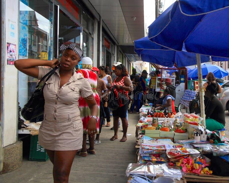 La Guyana, Georgetown: Vemdors e pedoni immagine stock libera da diritti