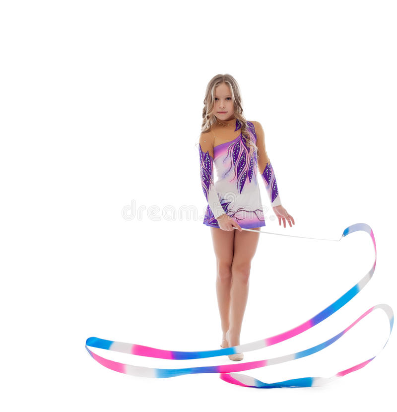 La gymnastique rythmique d'athlète exécute avec le ruban images libres de droits