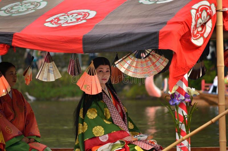 La héroïne costumée par kimono va canotage, Kyoto Japon photo libre de droits