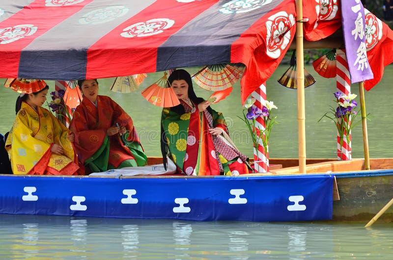 La héroïne costumée par kimono va canotage, Kyoto Japon photos libres de droits