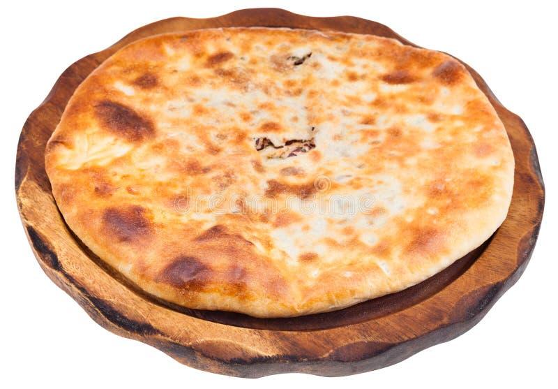 La haba llenó el pan (Lobiani) en la placa de madera fotografía de archivo