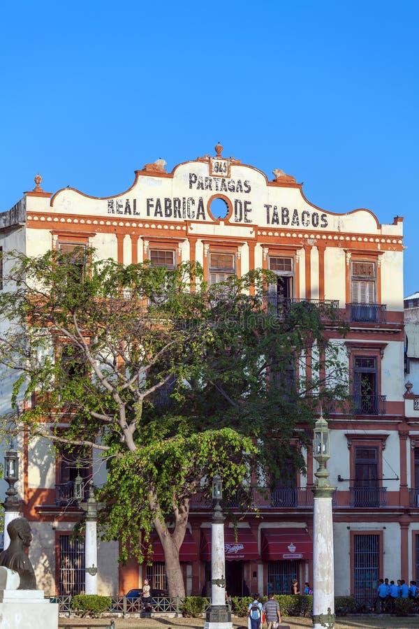 LA HABANA, CUBA - 2 DE ABRIL DE 2012: Edificio de Partagas fotografía de archivo