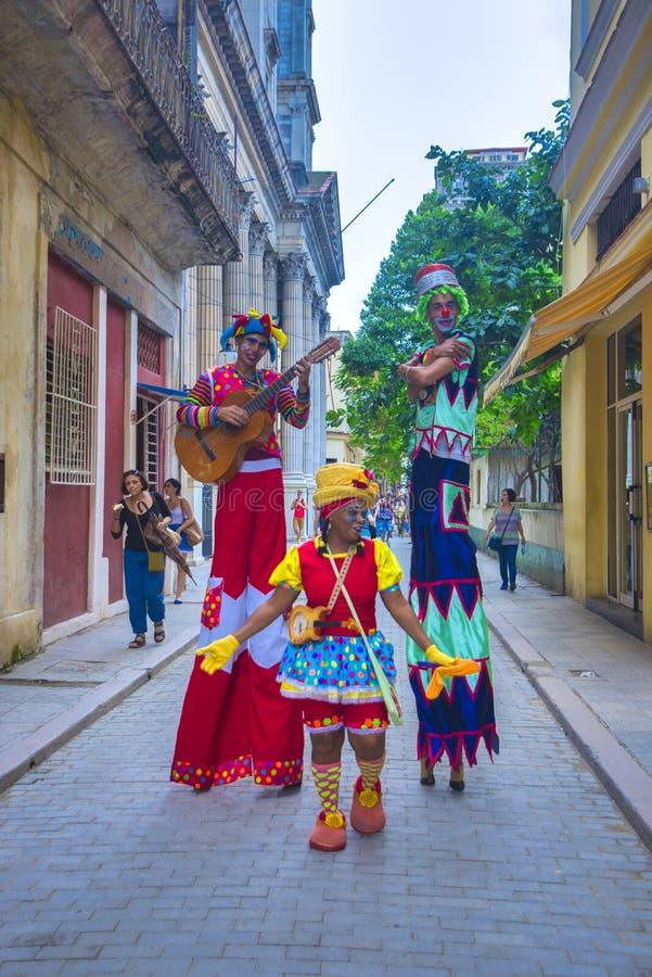 LA HABANA, CUBA - 6 DE DICIEMBRE DE 2015: Bailarines coloridos del zanco en Havan viejo fotografía de archivo