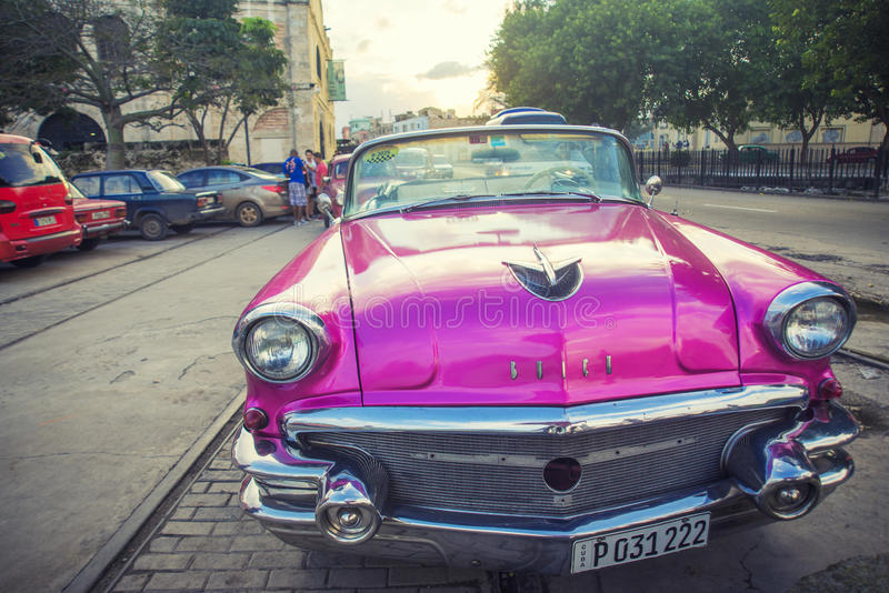 LA HABANA, CUBA - 4 DE DICIEMBRE DE 2015 Coche americano clásico del vintage rosado imágenes de archivo libres de regalías