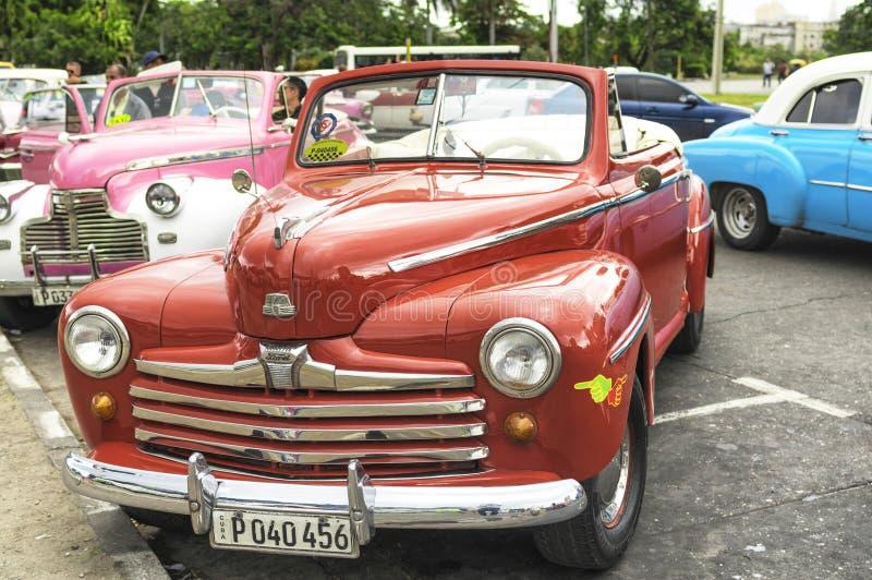 LA HABANA, CUBA - 4 DE ENERO DE 2018: Un coche americano clásico retro parqueó en Havana Street en Cuba fotografía de archivo libre de regalías