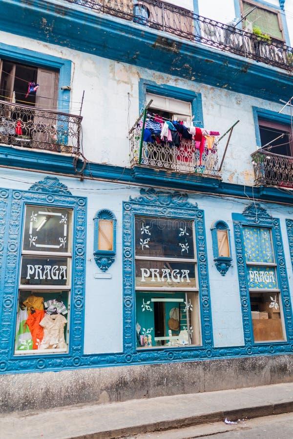 LA HABANA, CUBA - 20 DE FEBRERO DE 2016: La construcción con una tienda llamó Praga en el centro de La Habana imagenes de archivo