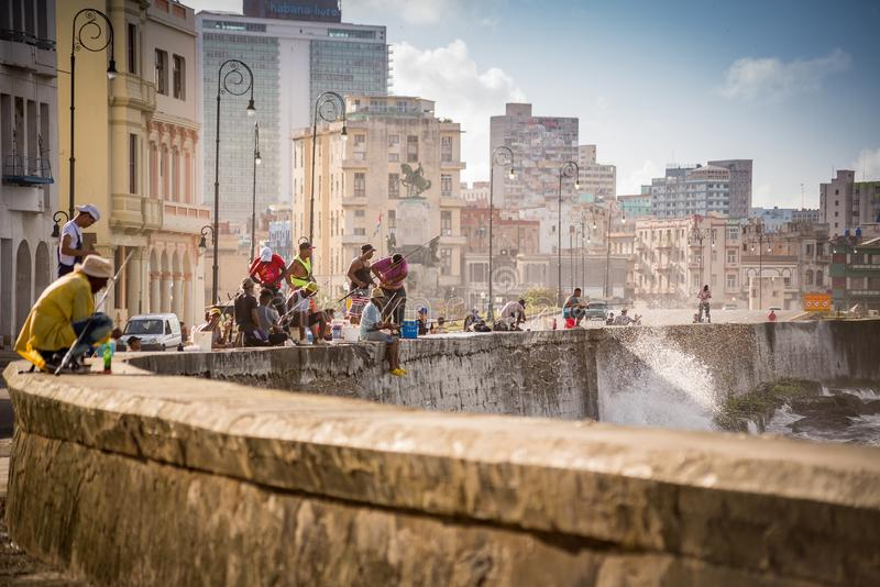 La Habana, Cuba - 29 de noviembre de 2017: Pescadores en Malecon en La Habana fotos de archivo libres de regalías