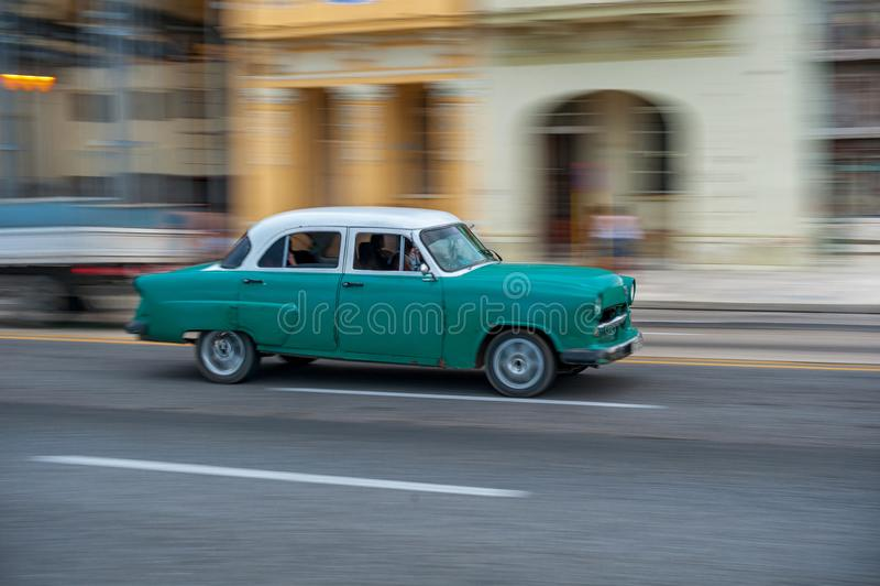 LA HABANA, CUBA - 20 DE OCTUBRE DE 2017: Havana Old Town y área de Malecon con el vehículo viejo del taxi cuba encuadramiento imagen de archivo