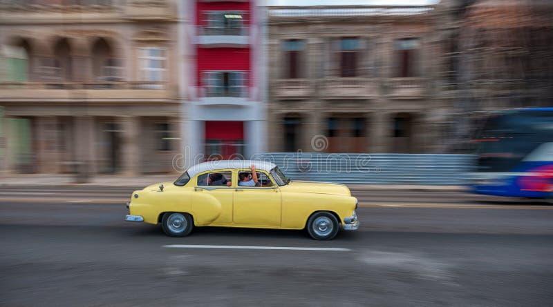 LA HABANA, CUBA - 20 DE OCTUBRE DE 2017: Havana Old Town y área de Malecon con el vehículo viejo del taxi cuba encuadramiento fotos de archivo libres de regalías