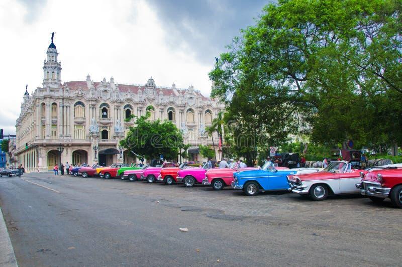 LA HABANA, CUBA - DE SEPT. EL 10 DE 2016 Los coches americanos clásicos viejos parquearon i fotografía de archivo