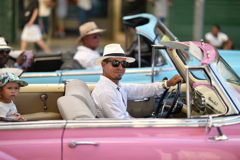La Habana, Cuba, el 14 de agosto de 2018: Conductor del coche del vintage en las calles de La Habana imagen de archivo
