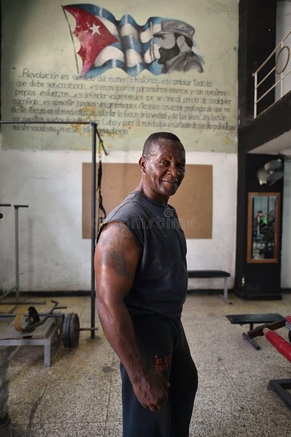 La Habana, Cuba, el 14 de agosto de 2018: Hombre que consigue ajuste en el gimnasio cubano fotos de archivo