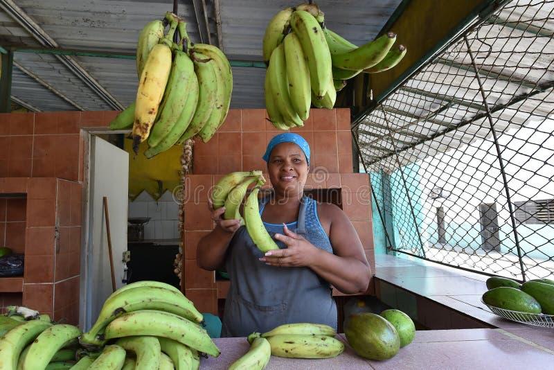 La Habana, Cuba, el 14 de agosto de 2018: Mujer que vende las frutas en pequeño mercado en La Habana fotos de archivo
