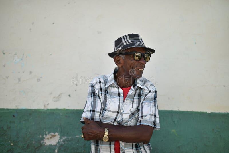 La Habana, Cuba, el 14 de agosto de 2018: Viejos hombres con las lentes del espejo que gesticulan en las calles de La Habana imagen de archivo