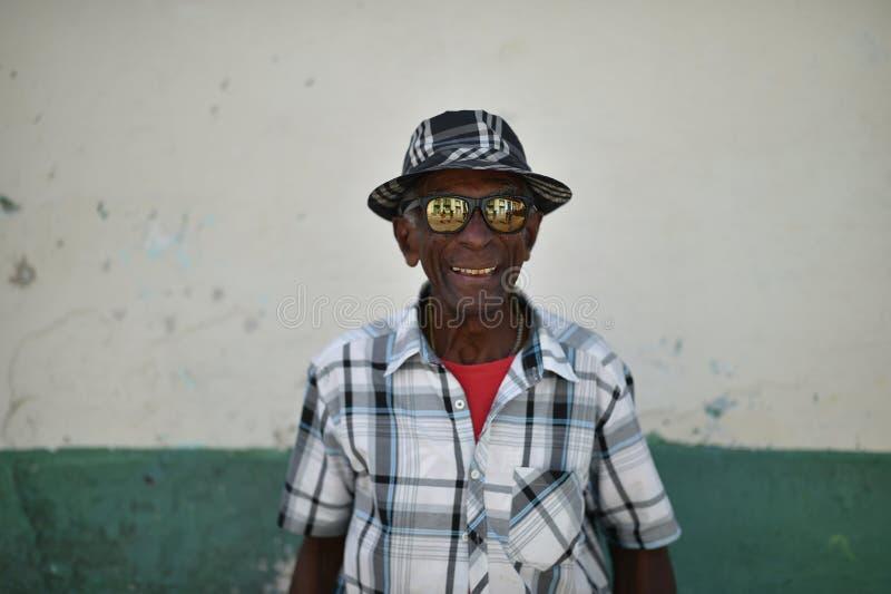 La Habana, Cuba, el 14 de agosto de 2018: Viejos hombres con las lentes del espejo que gesticulan en las calles de La Habana fotos de archivo