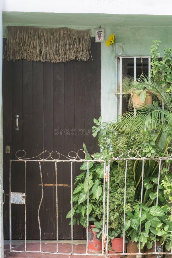 La La Habana, Cuba, el 9 de enero de 2017: símbolo religioso de yoruba del orisha en la puerta de una casa Imágenes generales del imágenes de archivo libres de regalías