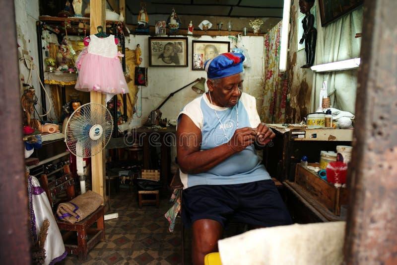 La Habana, Cuba, el 31 de mayo de 2016: Una mujer mayor que ata gotas como negocio fotografía de archivo