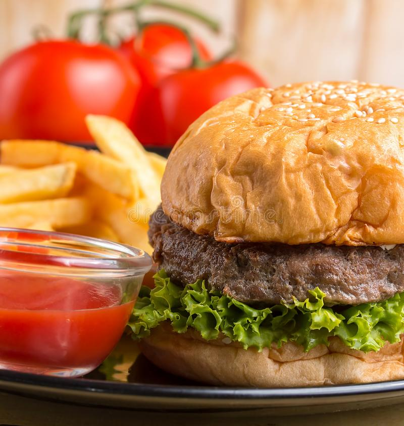 La hamburguesa Chips Meal Represents Ready To come y Bbq fotografía de archivo libre de regalías