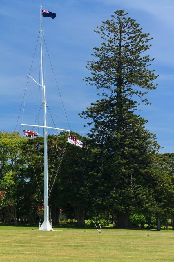 La hampe de drapeaux aux au sol de traité, Waitangi, Nouvelle-Zélande photos stock