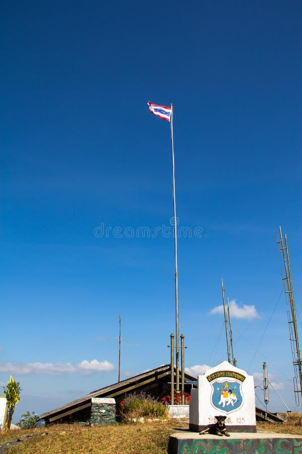 La hampe de drapeaux dans la vue de ciel bleu sur la montagne photo stock