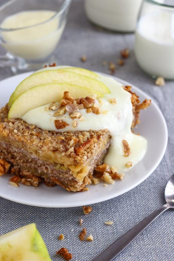 La harina de avena del desayuno cuece con las manzanas fotografía de archivo libre de regalías
