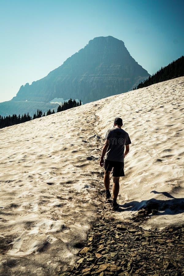 La hausse inspirée mène à un neigeux, aventure de montagne image libre de droits