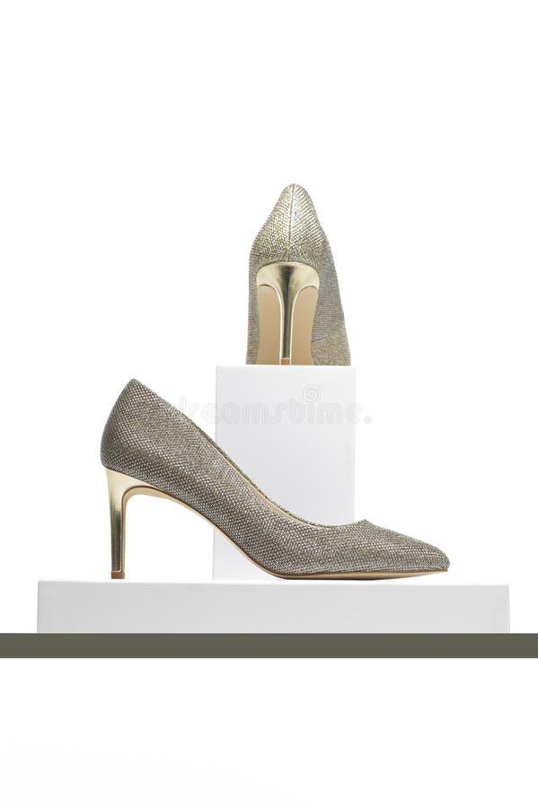 La haute élégante a gîté les chaussures argentées de dames sur l'affichage image libre de droits