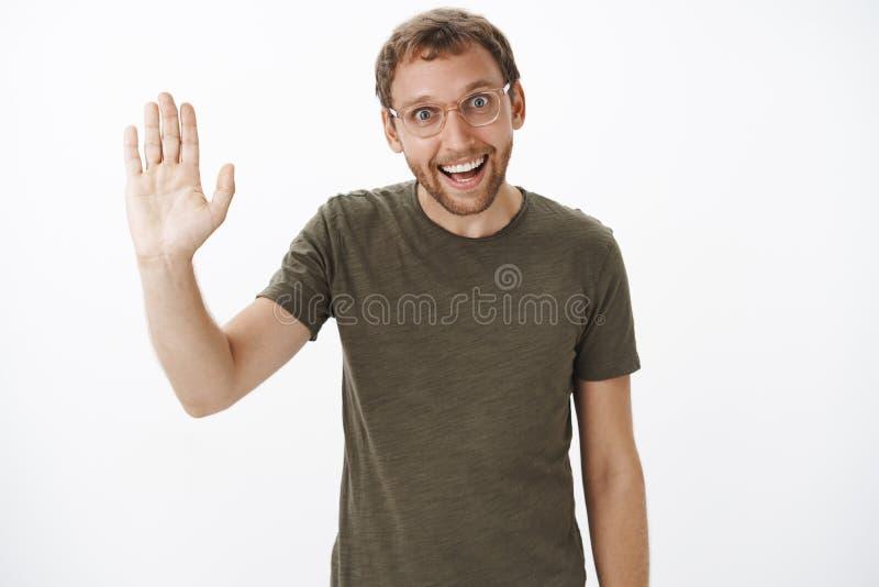 La haute cinq de compagnon nous l'avons faite Portrait de type non rasé caucasien enthousiaste drôle dans le T-shirt vert-foncé e photographie stock libre de droits