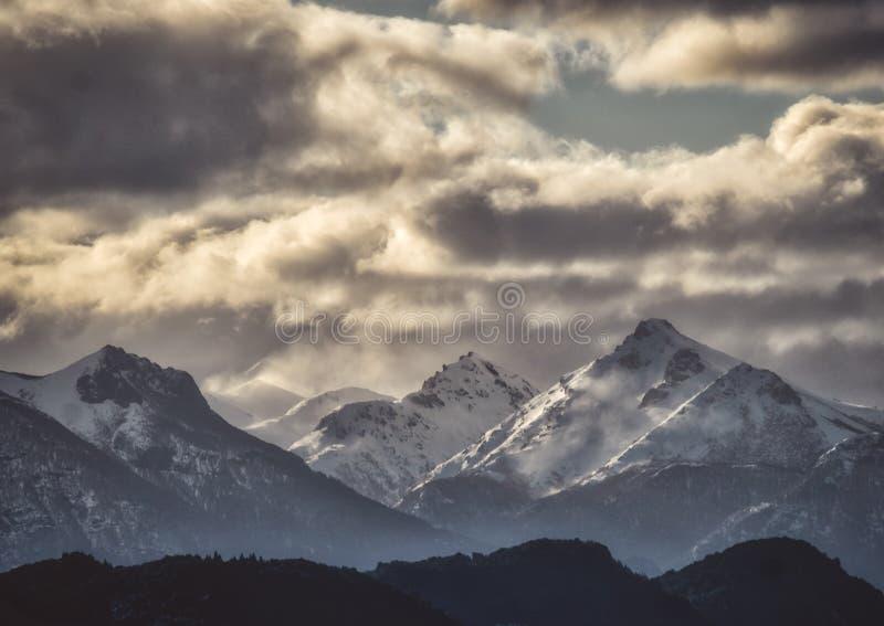 La haute neige a couvert des crêtes de montagne dans les Andes photo libre de droits