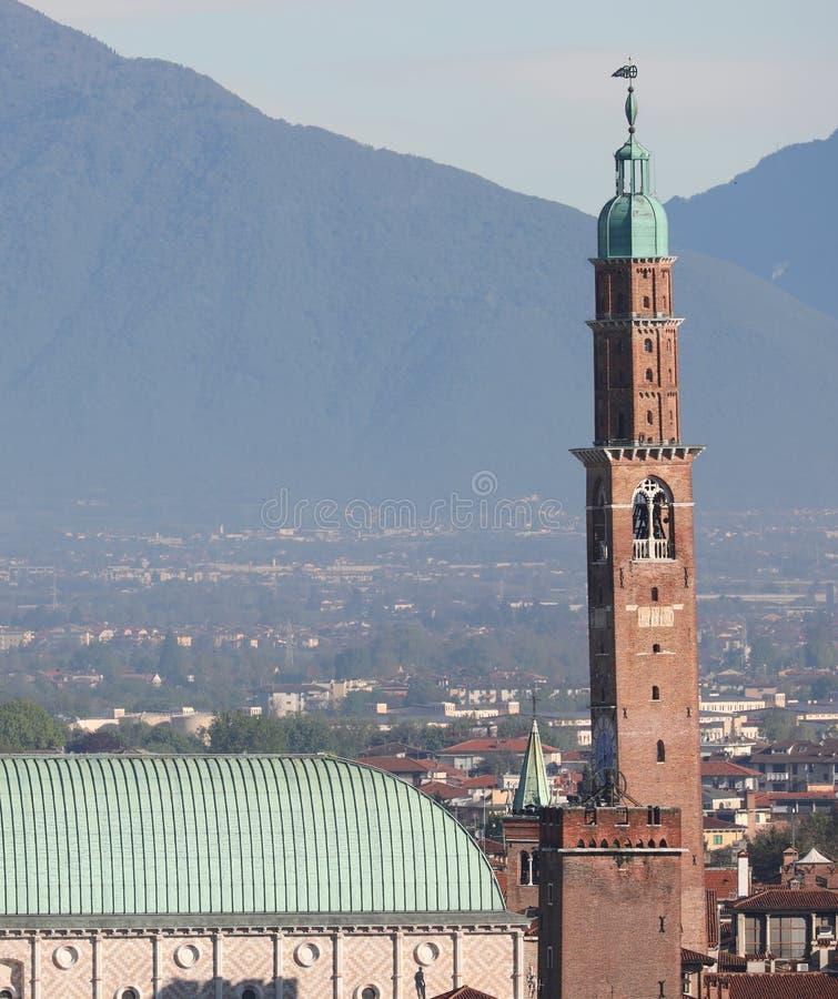 La haute tour d'horloge a appel? Torre Bissara ? Vicence en Italie photo libre de droits