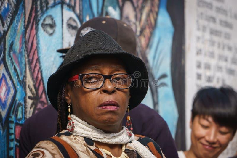 La Havana, Cuba, o 8 de janeiro de 2017: mulher negra com chapéu negro e vidros, retrato da rua, subtítulo editorial fotografia de stock royalty free