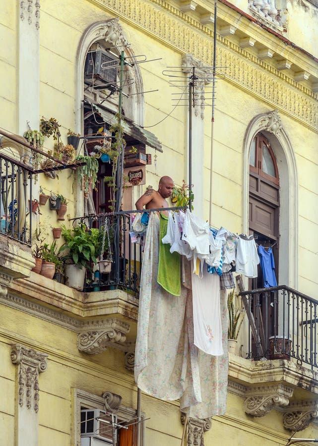 LA HAVANE, CUBA - 2 AVRIL 2012 : Homme indigène regardant du balcon photos libres de droits