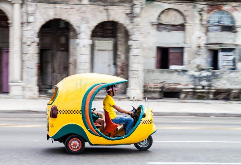 LA HAVANE, CUBA - 22 FÉVRIER 2016 : Tours de taxi de Cocos le long de la commande célèbre Malecon de bord de la mer dans Havan image stock