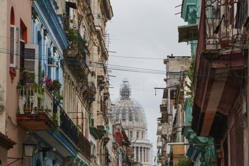 La Havane, Cuba - 9 janvier 2017 : vue des rues centrales de La Havane, Cuba beaucoup de bâtiments et d'endroits historiques photos stock