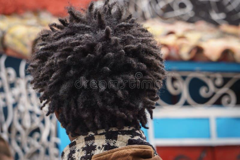 La La Havane, Cuba, le 8 janvier 2017 : jeune homme de couleur avec des cheveux de mode par derrière image stock