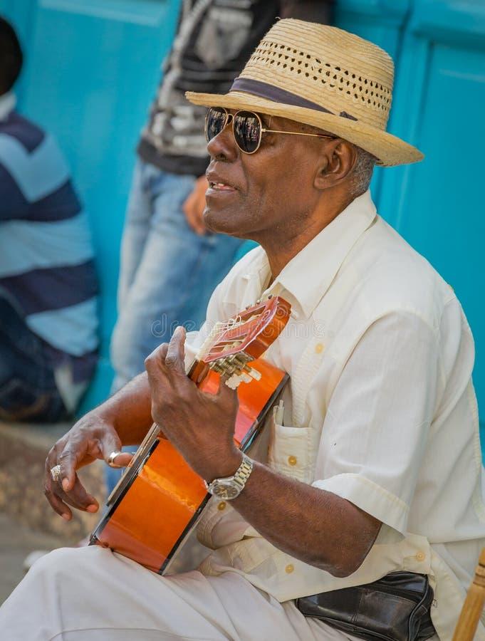 LA HAVANE - LE CUBA EN AVRIL 2017 - MUSICIEN DE RUE JOUE LA GUITARE POUR NOUVELLEMENT images stock
