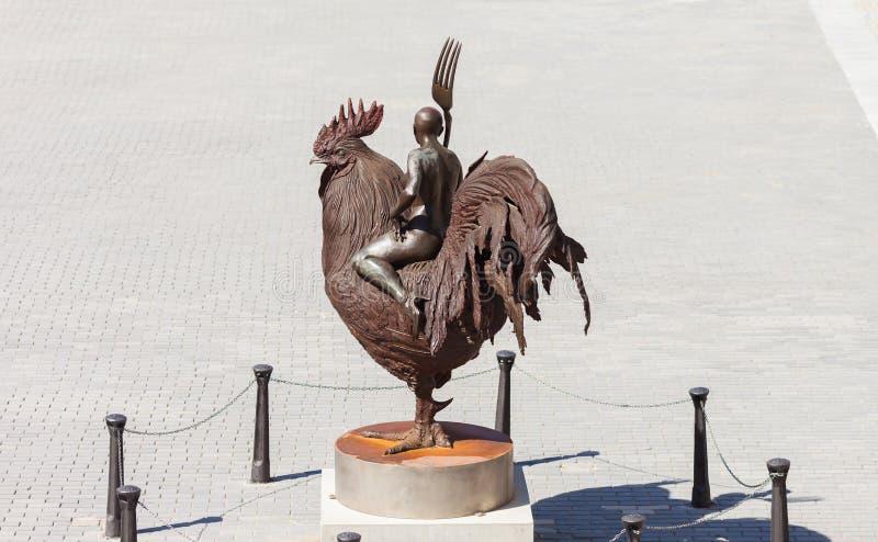 La Havane, statue d'un coq et d'une femme photo libre de droits