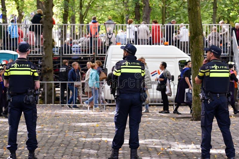 LA HAYA, HOLANDA - 17 DE SEPTIEMBRE DE 2019: La policía está viendo a la multitud en el Parlamento en la presentación anual de  imágenes de archivo libres de regalías