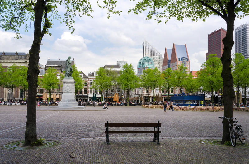 La Haya, Países Bajos - 8 de mayo de 2015: Gente en Het Plein en el centro de La Haya fotos de archivo libres de regalías