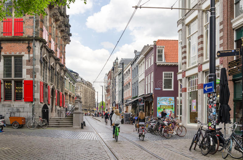 La Haya, Países Bajos - 8 de mayo de 2015: Gente en la calle de las compras del venestraat en La Haya imágenes de archivo libres de regalías