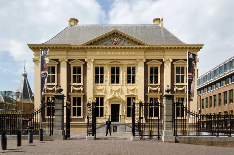 La Haya, Países Bajos - 8 de mayo de 2015: Museo turístico de Mauritshuis de la visita en La Haya imágenes de archivo libres de regalías
