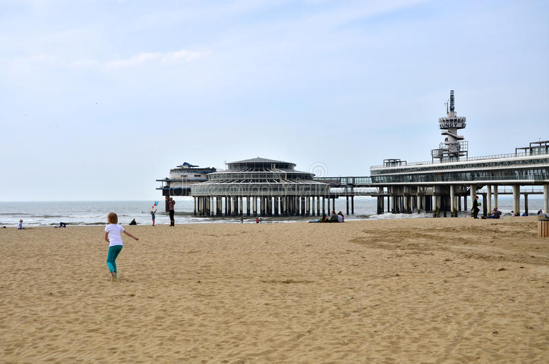 La Haya, Países Bajos - 8 de mayo de 2015: Niños que juegan en la playa, distrito de Scheveningen fotografía de archivo