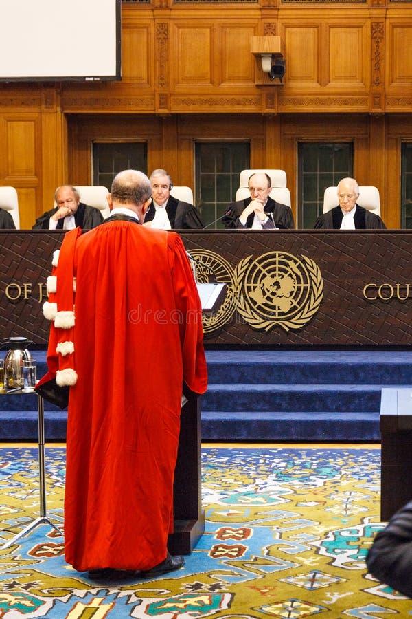 Autorney parlant en faveur dans l'avant la cour image stock