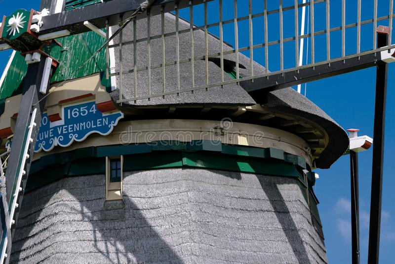 La Haye, Hollandes 29 juillet 2019 : Moulin à vent sur le ciel bleu lumineux, rue : IJsclubpad, fin  photo libre de droits